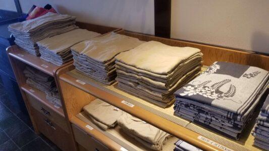 伊豆 稲取東海ホテル湯苑の館内はこんな感じでした【宿泊旅行記】ロビー作務衣